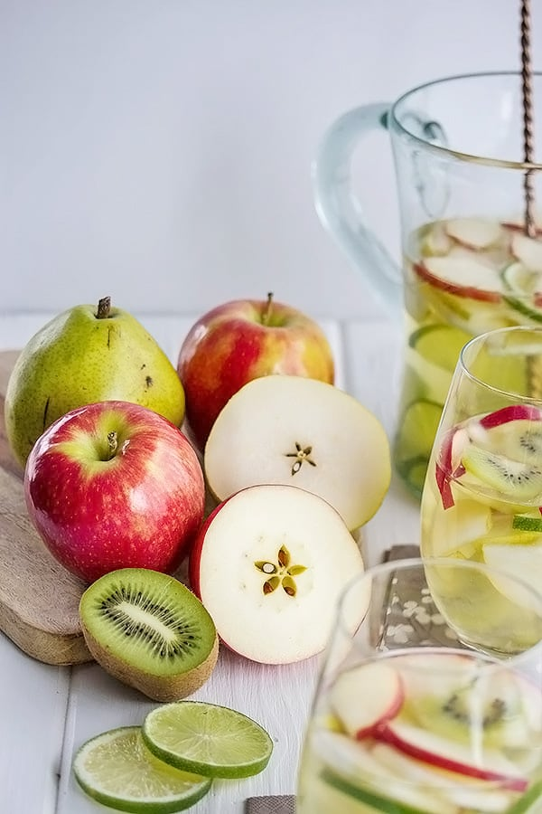 apples, pears and kiwis for the green apple sangria